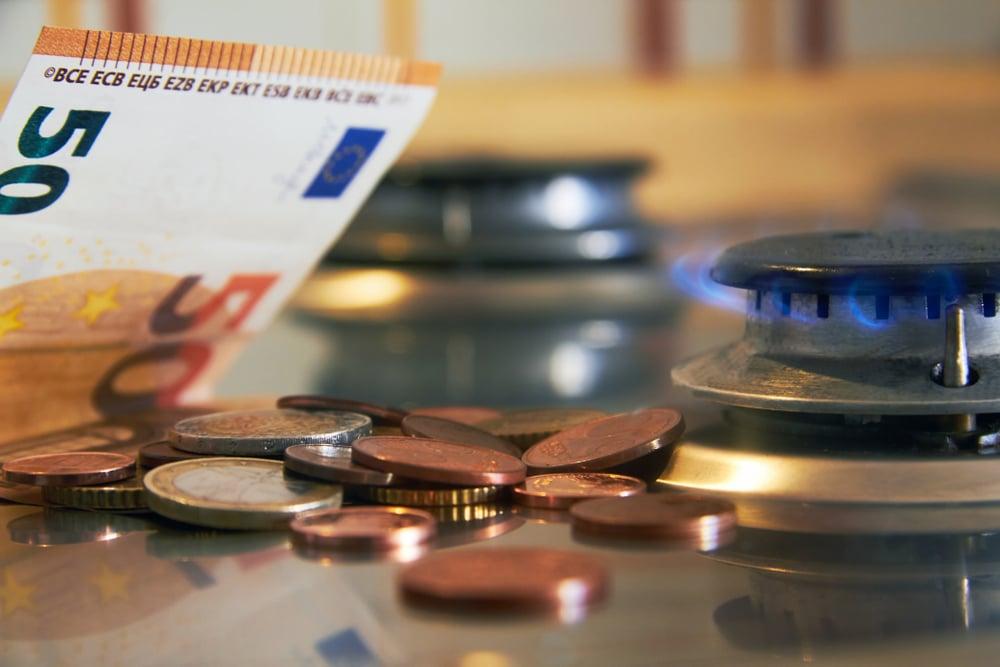 billet de cinquante euros et pieces pres d'une plaque de gaz