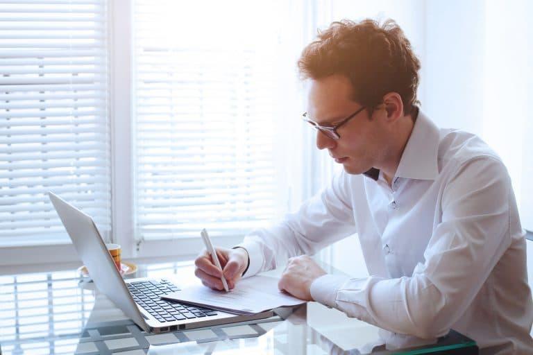 Homme devant un ordinateur portable