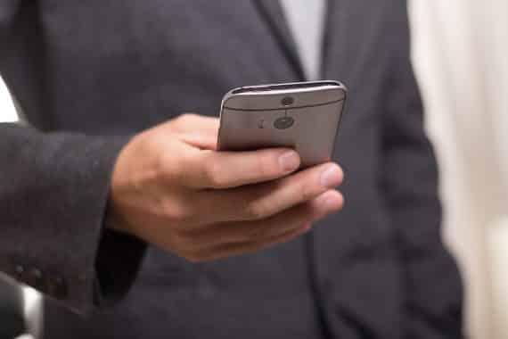 Homme avec téléphone portable