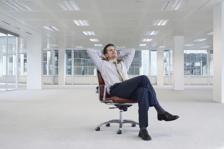 Homme apaisé assis sur une chaise de bureau