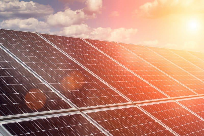 Panneaux solaires et soleil