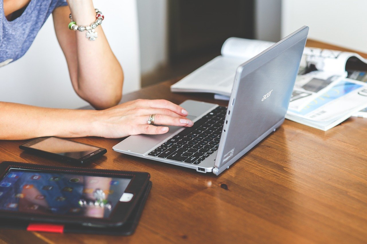 Femme sur son ordinateur portable