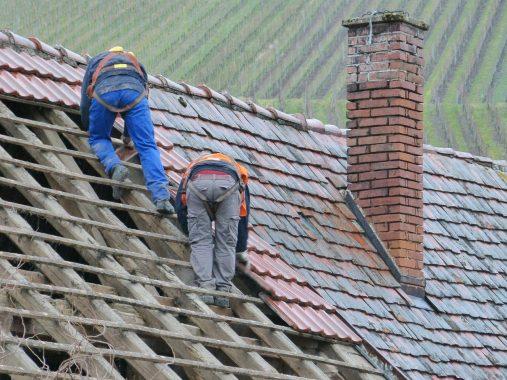 Ouvriers travaillant sur un toit