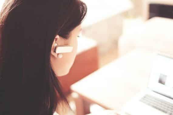 téléconseillère au téléphone