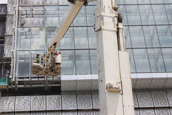 Ouvrier devant un bâtiment