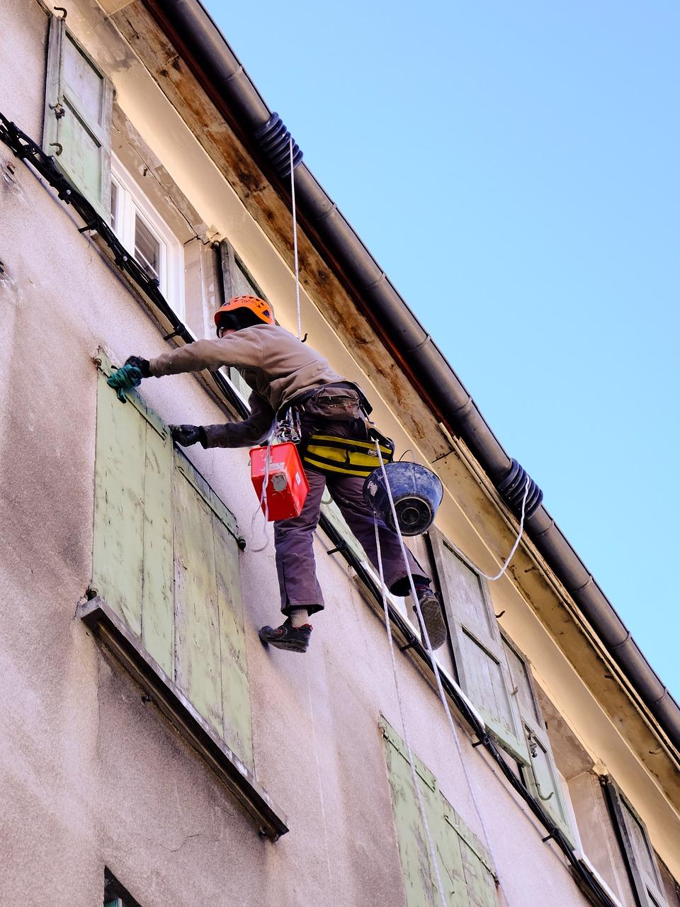 Homme sur façade d'immeuble