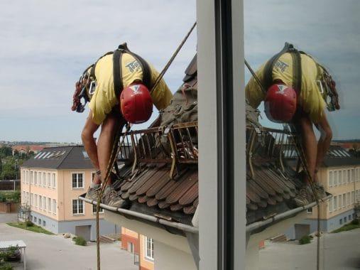 Ouvriers sur un toit